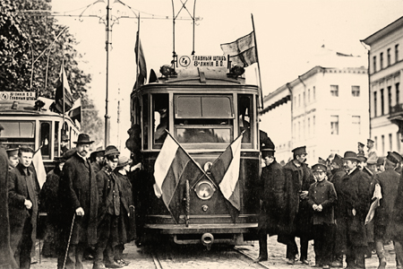 Первый петербургский электрический трамвай, следовавший от Адмиралтейства на Васильевский остров. 1907 год, фото К. Буллы