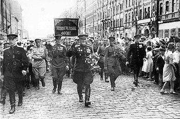 И вышел полк на праздничный парад