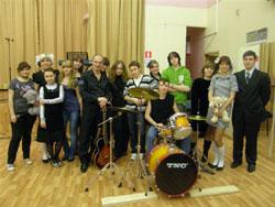Александр Гутов с членами руководимого им школьного музыкального ансамбля